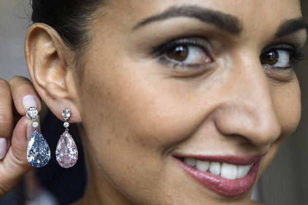 苏富比3.95亿元拍出天价钻石耳环 刷新世界纪录