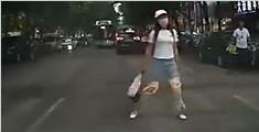 女子站马路中央等车撞