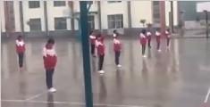 大雨天中学生疑操场罚站