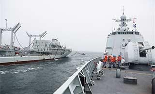 东海舰队补给舰为052C海上补给