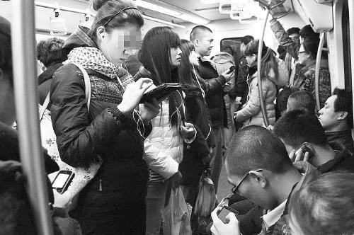 """""""低头族""""遇地铁急刹车摔伤 地铁公司有多大责任?"""