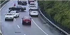 发生事故未撤离 后车避让不及翻车
