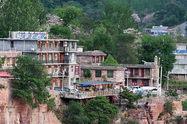 绝壁公路建成四十年 山村收获巨变