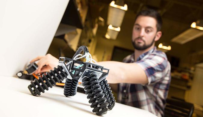"""首个""""软体""""机器人面世!可驾驭各种复杂地形"""