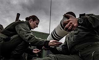 罕见:法国坦克演练出现女兵