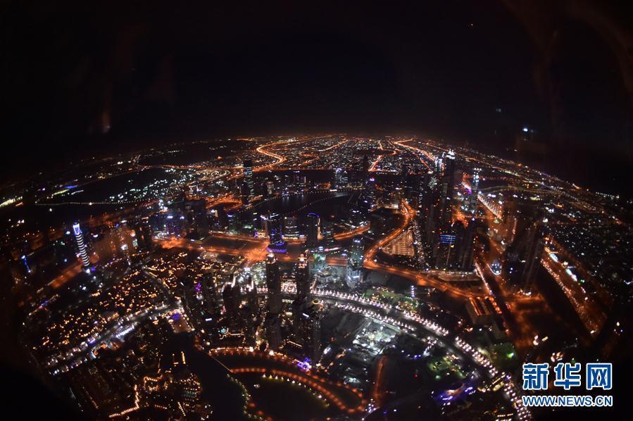 在哈利法塔上拍摄夜色俯瞰迪拜