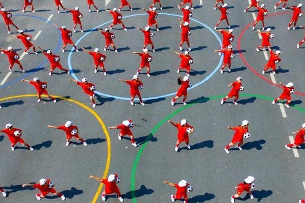 航拍300名学子玩转足球 舞动校园场面壮观