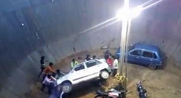 """印""""死亡之墙""""表演汽车失控坠落砸死摩托车手"""