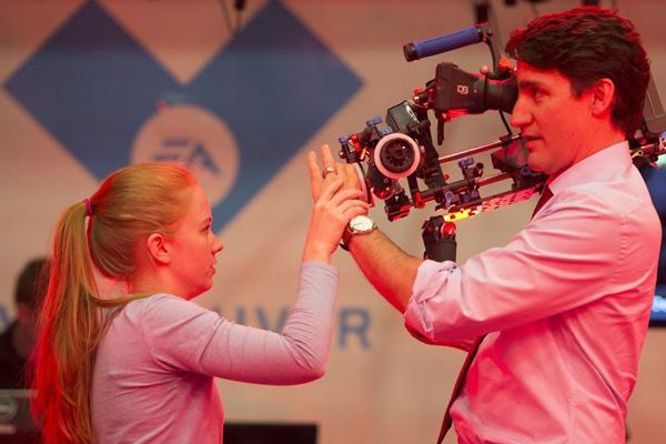 加拿大总理又来圈粉 访问娱乐软件公司变身摄像师