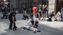 现场:纽约广场汽车撞人1死22伤 18岁女子遇难