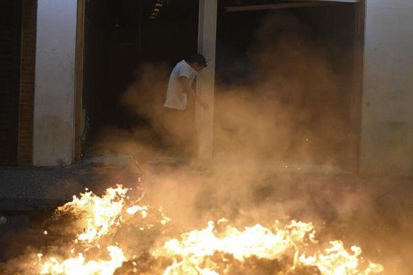 巴西爆游行示威要求总统下台 现场火光冲天