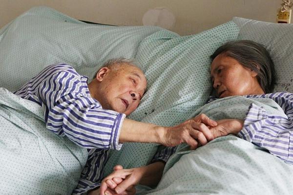91岁老人紧握83岁老伴的手:只想多见你几面