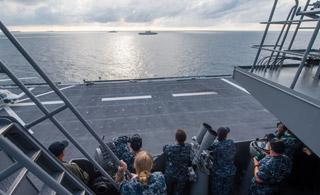 美军在南海登上出云号准航母