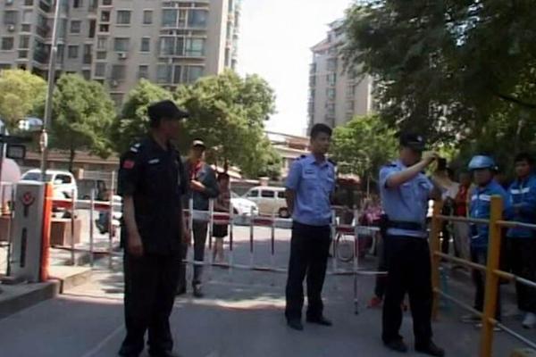 保安与外卖员起纠纷 保安锁了车外卖锁了门