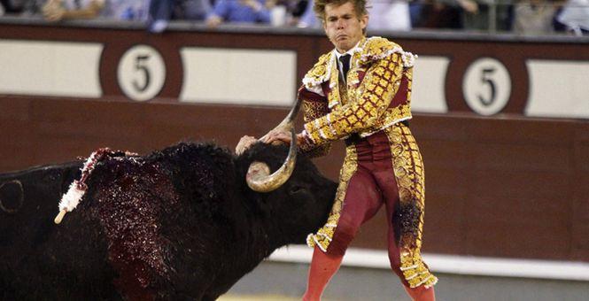 西班牙斗牛赛惊险连连 斗牛士遭牛角顶飞被抬下场