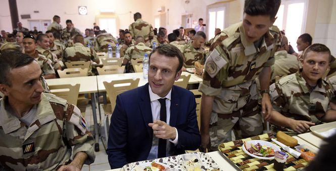 马克龙视察反恐军队显亲民 自己排队取饭与士兵边吃边聊