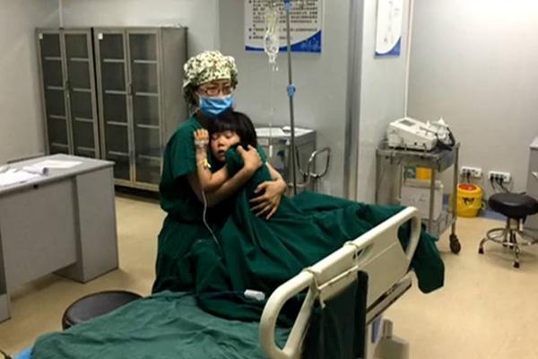 麻醉醒后哭闹,女护士紧抱患儿直到清醒