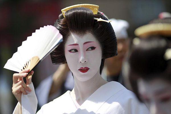 日本民众古装游行迎接三社祭 艺妓唇红面白夺眼球