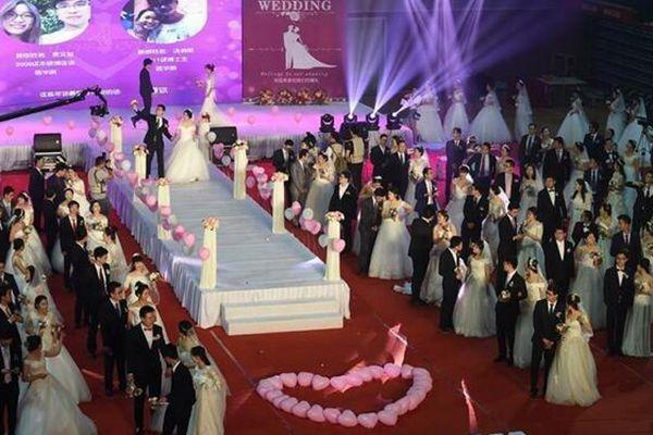 南京大学115对新人举行校园集体婚礼 90后是主力军