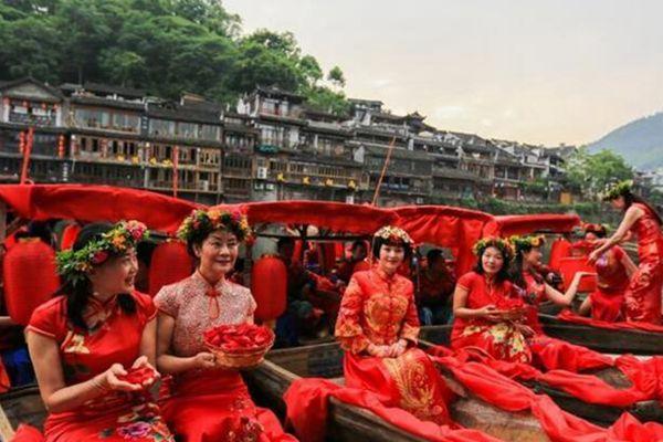 湖南凤凰古城上演复古水上婚礼