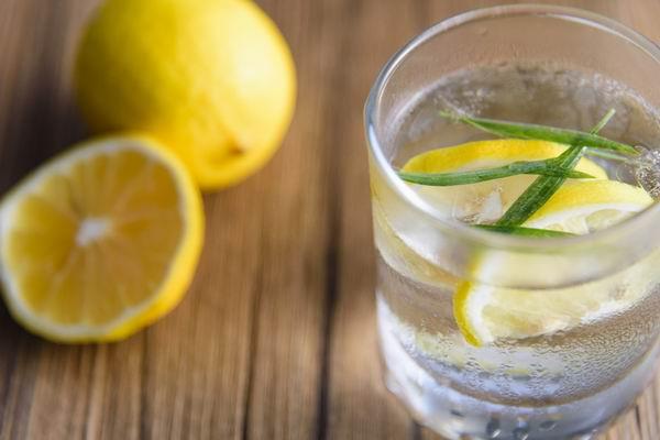 网传柠檬水美白又抗癌,夏天怎么喝才真健康