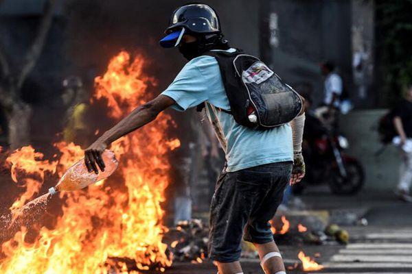 委内瑞拉民众持续抗议总统马杜罗