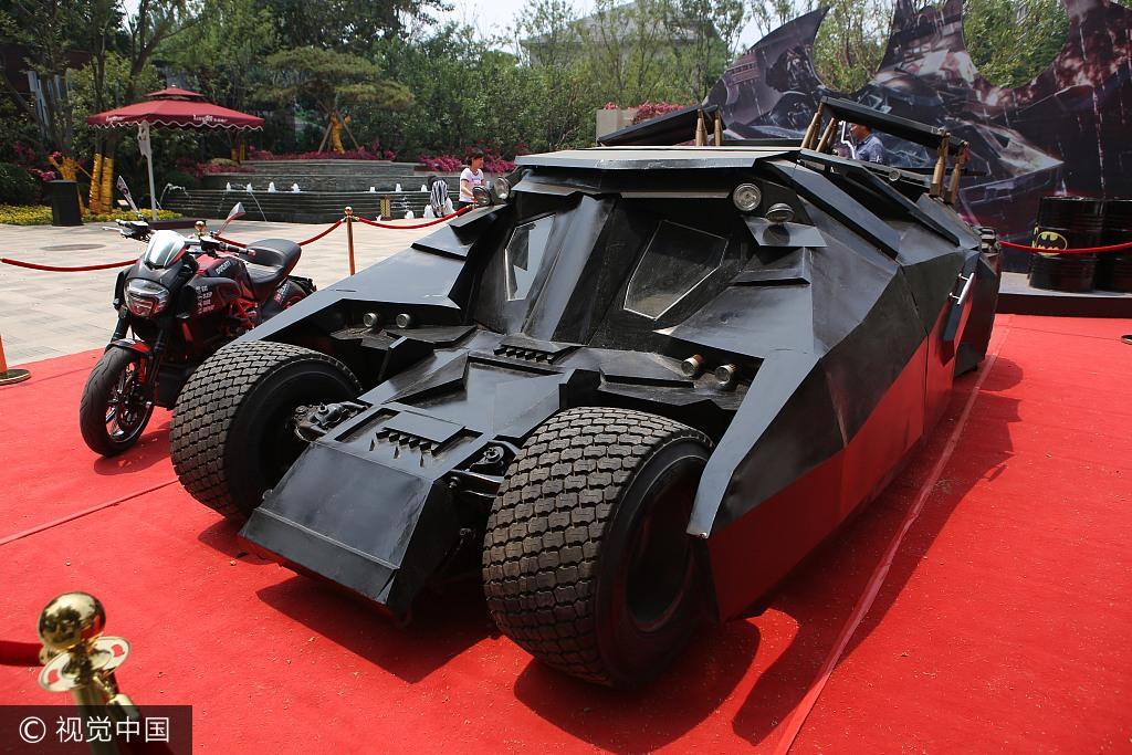 山东济南一楼盘活动现场摆蝙蝠侠战车 引市民围观拍照