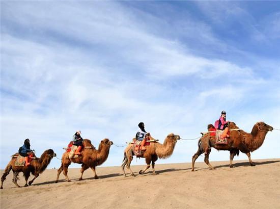 一带一路好风光:敦煌鸣沙山上体验大漠驼队