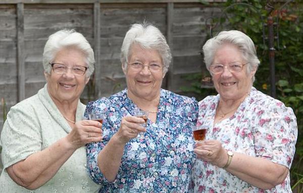 英最长寿三胞胎庆八旬寿辰 出生时收到王室贺信