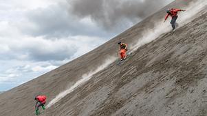 """伊苏尔火山的""""滑雪""""行纪"""