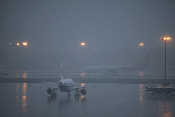 北京首都机场多个航班因大雨延误或取消