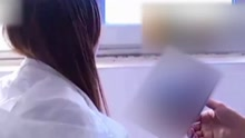 快递员上门取件起色心 将女客户压在床上强吻