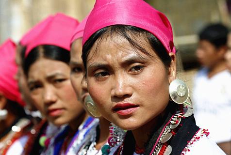 缅甸钦族妇女穿硕大耳洞戴耳环展独特美