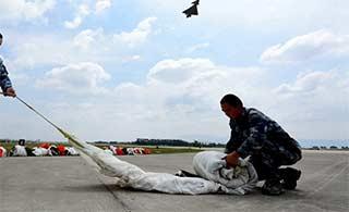 歼10战机减速伞如何折叠