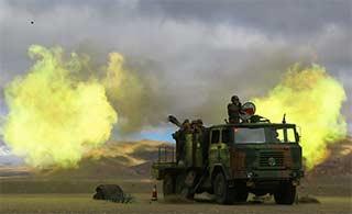 西藏军区自行卡车炮开火场面宏大
