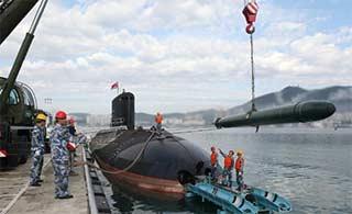 南海舰队基洛级潜艇吊装武器