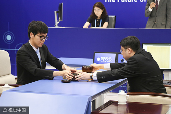 人机大战首局柯洁苦战落败 AlphaGo胜1/4子暂1-0