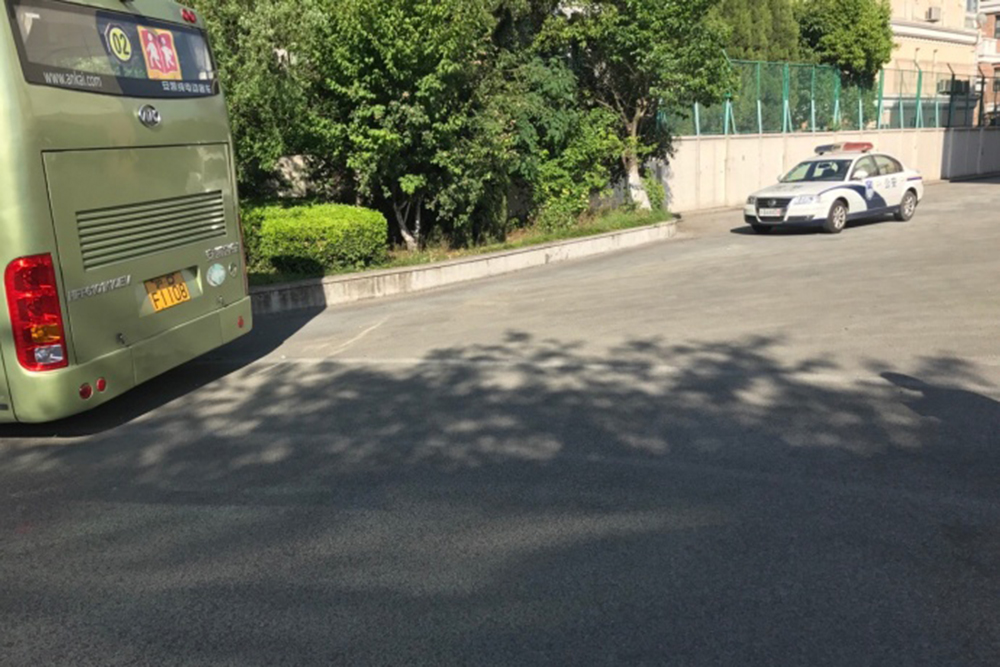 上海一日本人学校校车撞墙 14人受伤