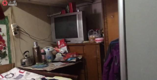 一家人住9平米房27年 儿子踩冰箱上床