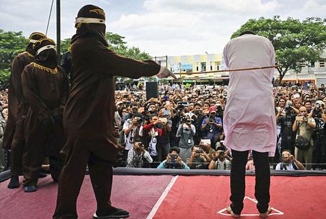 印尼两男子因同性关系遭公开鞭刑