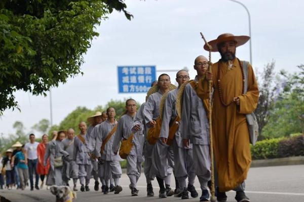 13名僧人从上海行至峨眉山 全程2600公里