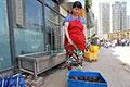 郑州洗虾人一天洗200斤 月入2000元