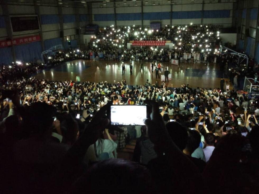 青岛一高校篮球赛突然停电 学生集体点亮手机照亮球场