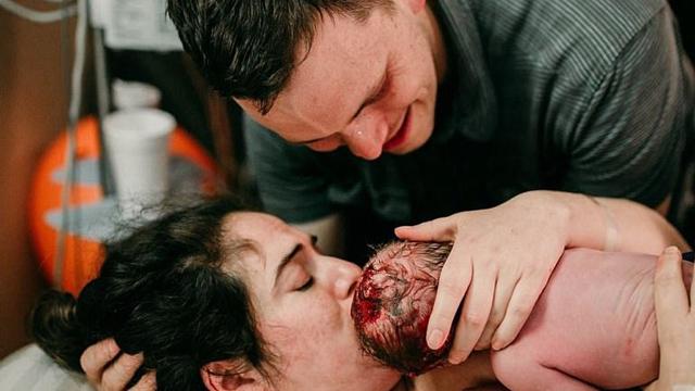 镜头记录母亲产后初见婴儿的动人瞬间