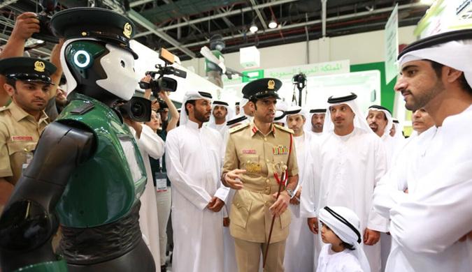现实版机械战警亮相迪拜 全球首个机器警察上岗