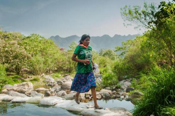 穿凉鞋短裙参赛!印第安一女子夺50公里马拉松冠军