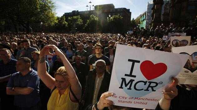 曼彻斯特爆炸案:英数千名民众聚集 为遇难者致哀