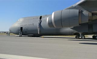 美国C-5B军用运输机在西班牙迫降 机腹擦地着陆