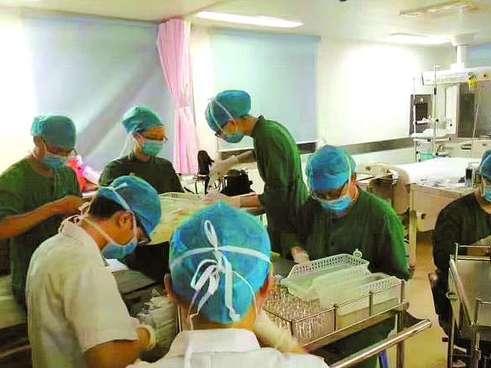 患者服敌敌畏中毒 医护徒手掰8000支救命药