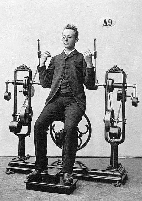 百年前健身旧照曝光,他们竟穿成这样锻炼!